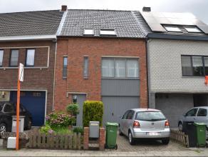 Instapklare zeer goed onderhouden woning met ruime tuin en garage in het centrum van Turnhout doch met rustige ligging. Deze woning bestaat uit inkom,