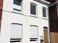 Deze modern gerenoveerde woning met 170m² woonoppervlak heeft op het gelijkvloers de inkom, een ruime leefruimte met parket in eik, een moderne k