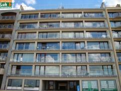 Dit vernieuwd 3-slpk-appartement biedt een prachtig frontaal zicht op zee! Het beschikt over een grote woonkamer met terras, halfopen ingerichte keuke