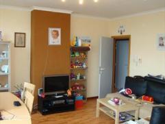 Dit appartement is centraal gelegen en omvat inkomhal, woonkamer, ingerichte ruime keuken, badkamer met douche, afzonderlijk toilet en 2 slaapkamers.