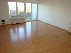 Dit appartement omvat een zeer ruime woonkamer, gesloten ingerichte keuken, afzonderlijk toilet, badkamer met ligbad en 2 zeer ruime slaapkamers! &aci