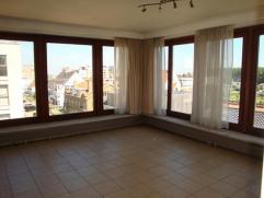 Goed onderhouden hoekappartement op een 3e verdieping. Beschikt over een zonnige woonkamer met een recente open keuken, badkamer met ligbad en voorzie