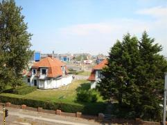 Zonnig appartement met een uniek zicht op de havengeul. Ruime woonkamer met balkon, grote aparte leefkeuken, badkamer met douche en lavabo en 2 slaapk