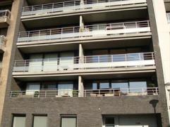 Zeer mooi 2-slaapkamerappartement gelegen op een 3e verdieping in een jonge residentie. Ruime woonkamer (parketvloer) met groot zonneterras, open, vol