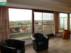 Zeer zonnig dubbel dakappartement (+/- 120m²) gelegen op een 5e verdieping. Zuidgerichte woonkamer met groot terras, open keuken, badkamer