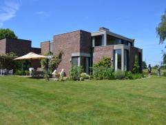 Unieke villa met adembenemend, panoramisch uitzicht. Vlakbij Meerdaal woud en op 10 minuten van Leuven centrum.De woning werd in 1970 gebouwd door arc