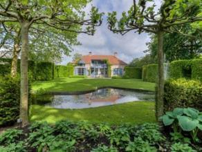 Idyllische villa, gelegen in voormalige kasteeltuin met authentieke ommuring. Deze bijzonder eigendom bestaat uit een karaktervolle villa met binnenzw