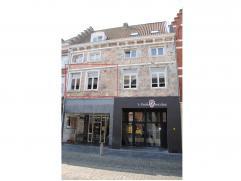 Instapklaar appartement op de eerste verdieping met terras gericht op het zuiden in het centrum van Maaseik. Renovatie anno 2006. Woonkamer met open,