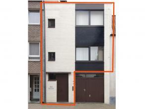 Duplex appartement in hartje Maaseik. Geen lift. 1ste verdieping: woonkamer, ingerichte keuken en toilet. 2de verdieping: 2 slaapkamers, badkamer met