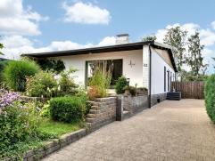 algemeen: vrijstaande eigentijdse woning/bungalow (1984 ; 8,67ca ) met ecologische tuin ; rustig gelegen op 4km van het stadcentrum van Maaseik Schole