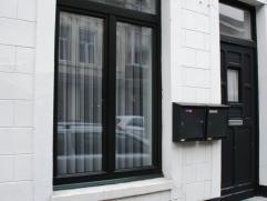 Gelijkvloerse studio met tuintje knal in het centrum van Maaseik. L-vormige woonkamer, keuken, badkamer met douche en toilet, ruime slaapkamer. Dubbel