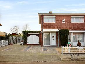 Deze half vrijstaande woning (perceel: 3,11a) met garage & tuin werd in 1970 gebouwd aan de stadsrand van Maaseik. Het stadscentrum is slechts op