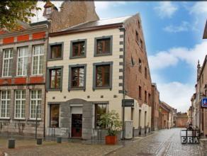 Studio van 60m² op 2de verdieping. Toplocatie op de historische markt van Maaseik! Woonkamer met ingerichte open keuken, badkamer met ligbad, 1 s