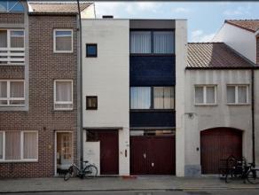 Ruime stadswoning met garage en charmant 3-delig terras op de 1ste verdieping. De woning is rechtstreeks toegankelijk via de Pelserstraat. Niv. 0: ing