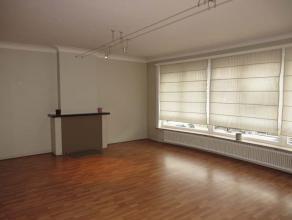 Ruim appartement van ca. 100m² op eerste verdieping, gelegen in het centrum van Brasschaat. Indeling: inkomhal met gastentoilet, gezellige woonka