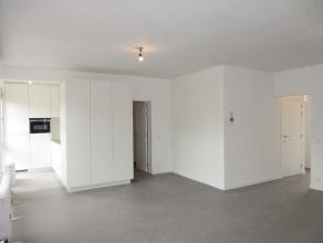 Het appartement is gelegen op het tweede verdiep. Bij het binnenkomen betreden we de ruime living. Door de grote raampartijen vooraan geniet men van v