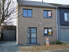 Moderne en ruime koppelwoning met garage en zonnig tuintje te Beveren. De woning is gelegen in een rustige en kindvriendelijke wijk, in een doodlopend