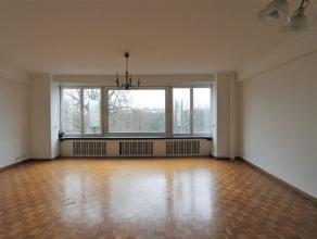 Aangenaam 3 SLPK appartement op centrale locatie en met een schitterend zicht op het Stadspark. Inkomhal met gepantserde deur. Aparte gastentoilet. In