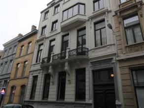 Riant appartement met 4 slaapkamers en 2 badkamers ondergebracht in majestueus gebouw met zeer veel karakter. Het appartement wordt betreden via riant