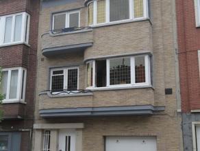 BERCHEM: Ruim en karaktervol 3-slpk appartement + parking! Privatieve inkomhal met ingemaakte kasten en doorgang naar inpandig garage op glvl. Op verd
