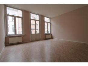 Ruim & instapklaar 2SLPK appartement + TERRAS op de 1ste verd. van kleinschalig, karaktervol gebouw! Inkom in ruime, lichte woon,-en leefruimte me