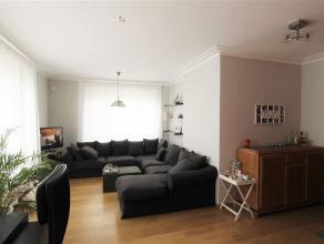 Gunstig gelegen instapklaar en comfortabel 2 slpk appartement. Ruime Inkomhal (met veiligheidsdeur). Leefruimte in L-vorm met aangename lichtinval. 2