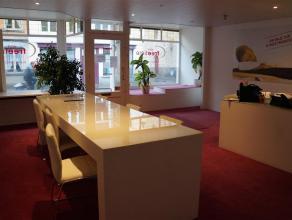 Handelsgelijkvloers of kantoor in het centrum van Brugge. Commerciële ruimte (40m²), toilet, berging, grote keuken met eetplaats en stockage