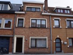 RUIME GEZINSWONING, vlakbij centrum Sint-Kruis en Brugge. Indeling: brede inkomhall met spinde, klare leefruimte, keuken met eetplaats, badkamer met l
