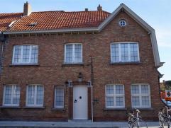 CHARMANTE AUTHENTIEKE COTTAGEWONING, vlakbij Brugge gelegen. Op het gelijkvloers: aantrekkelijke inkomhall met prachtige trap, eet –en zithoek, keuken