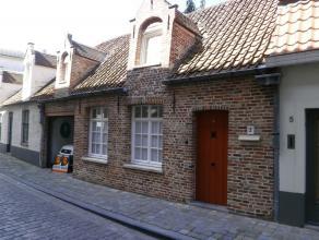 VOLLEDIG INSTAPKLAAR GODSHUISJE in de Brugse binnenstad. Inkom, mooie living met landelijke keuken, badkamer, 2 slaapkamers en dressing. Mét GA
