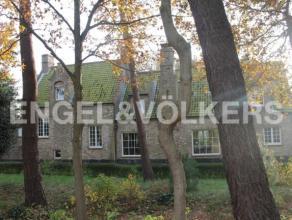 Prestigieuze villa in fermette-stijl gelegen in het hartje van het Zoute met prachtig zicht op de golf. Deze charmante villa heeft 4 slaapkamers, 3 ba