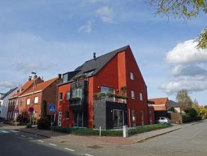 Recent en ruim (105m²) appartement + inpandige garage (20m²) met oprit, gelegen in het centrum van Sint-Michiels nabij alle winkels. Indelin