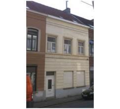 De woning is gelegen vlakbij het centrum van Lederberg op een perceel van 143 m². 270 m² bewoonbare oppervlakte. Op het gelijkvloers bevindt