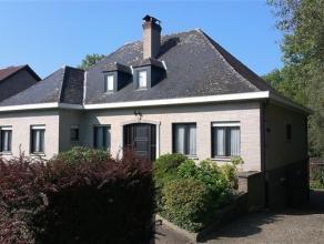 Deze zeer goed onderhouden, ruime villa, type bungalow op 13a15, is gelegen in de dorpskern van deelgemeente ZANDBERGEN. Openbaar vervoer, bakker, sla