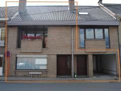 Goed onderhouden woning met tuin en garage, gelegen op wandelafstand van station. Bestaande uit: Inkomhal met vestiaire en apart toilet, woonkamer en