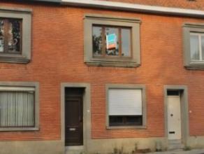 DOE EEN BOD! Centraal gelegen, te renoveren woning. Vlotte bereikbaarheid en ideale verbinding Aalst-Gent. Woning bestaande uit: inkomhal, woonkamer,