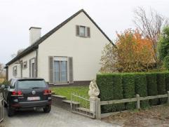 Goed onderhouden open bebouwing met garage en tuin, gelegen in rustige omgeving. Omvat: 3 slaapkamers, woonkamer voorzien van gezellige houthaard, ver