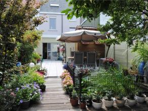 Gezellige stadswoning met prachtig terras om te genieten van fleurige tuin en waterpartij. Achteraan het perceel vind je nog een serre en tuinhuis. De