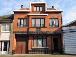 Ruime herenwoning gelegen in centrumstraat op perceel van +- 3,5 are. Vraagt nog renovatie. Gelijkvloers: inkomhal, nieuwe ingerichte keuken, badkamer