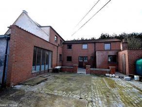 Prix indicatif: 130.000 €. Nous vous proposons cet ensemble de 2 maisons à rénover, situé en recul de la chaussée
