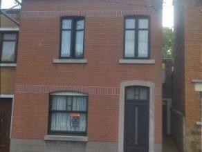 Maison d'habitation Composition: Sous-sol : caveRez-de-chaussée : salon, salle à manger, cuisine, salle de bains, wc, buanderie, cour et