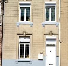 Petite maison d'habitation se composant au rez-de-chaussée de deux pièces de vie.Au rez-de-jardin, une cuisine et une salle de bains..Au