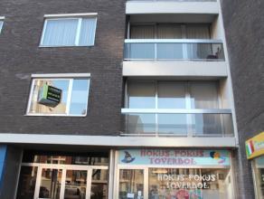 Dit appartement op de 1ste verdieping is gunstig gelegen in de nabijheid van het station en het centrum van Deinze. Het appartement bestaat uit: inkom