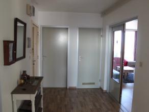 Dit mooi appartement op de 7de verdieping is gunstig gelegen in de nabijheid van het station en het centrum van Deinze. Het appartement bestaat uit: i