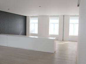 Dit enige appartement in het gebouw bestaat op het gelijkvloers uit een inkomhal. Op de eerste verdieping is er de gang met inbouwkasten en vloerverli