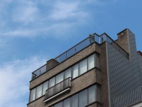 Gelegen op de 6de verdieping bevat dit appartement een inkomhal,  toilet, lichtrijke leefruimte met openhaard, ruim zonnig terras (vooraan), keuken, s