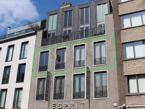 Dit ruim 2-slaapkamer appartement (122m²) bevat een ruime leefruimte, open keuken met berging, 2 slaapkamers, badkamer met ligbad, berging, toile