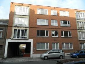 Bon appartement situé au 1er étage d'un immeuble de 3 étages situé dans un quartier résidentiel, proche d'une gare,
