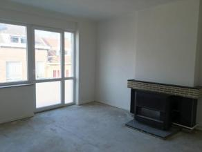 SERAING HAUT, appartement au 2ième étage en bon état comprenant:un hall d'entrée avec penderie (9.3m²), un living (27