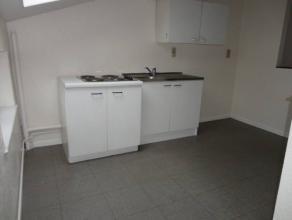 Appartement équipé de chassis de fenêtre PVC double vitrage, chauffage au gaz individuel.Salle de bain avec w-c, baignoire, lavabo